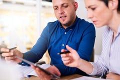 Бизнесмен и женщина работая на их компьютере совместно Стоковые Фото