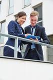 Бизнесмен и женщина работая на ПК таблетки Стоковые Фотографии RF
