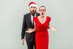 Бизнесмен и женщина смотря камеру, стоя совместно, открытую Стоковые Изображения RF