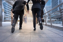 Бизнесмен и женщина спешат вверх и бегущ в stre города дела Стоковые Фото