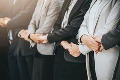 Бизнесмен и женщина стоят в ряд пока держащ руку Стоковое фото RF