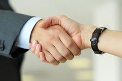 Бизнесмен и женщина трясут руки как здравствуйте! в крупном плане офиса Стоковое фото RF