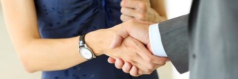 Бизнесмен и женщина трясут руки как здравствуйте! в крупном плане офиса Стоковая Фотография RF