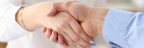 Бизнесмен и женщина трясут руки как здравствуйте! в офисе Стоковые Фото