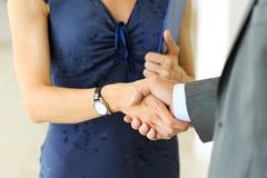 Бизнесмен и женщина трясут руки как здравствуйте! в крупном плане офиса Стоковая Фотография