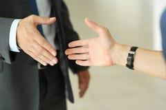 Бизнесмен и женщина трясут руки как здравствуйте! в крупном плане офиса Стоковое Изображение