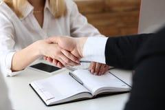 Бизнесмен и женщина трясут руки как здравствуйте! в офисе Стоковое фото RF