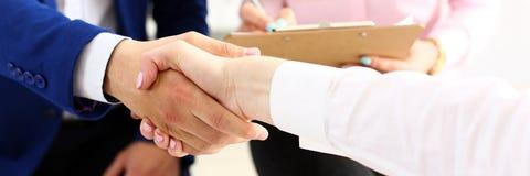 Бизнесмен и женщина трясут руки как здравствуйте! в офисе Стоковая Фотография