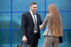 Бизнесмен и женщина тряся руки на улице стоковые фотографии rf