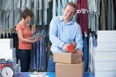 Бизнесмен и Женщина Running Онлайн Одежда Компания Стоковое фото RF