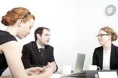 Бизнесмен и женщины имея встречу Стоковая Фотография RF