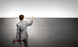 Бизнесмен и знамя на стене Стоковые Изображения