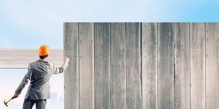 Бизнесмен и знамя на стене Стоковая Фотография
