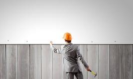 Бизнесмен и знамя на стене Стоковые Фото