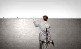 Бизнесмен и знамя на стене Стоковые Фотографии RF