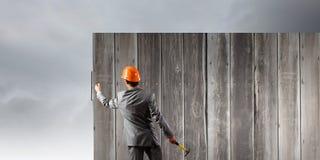Бизнесмен и знамя на стене Стоковое Изображение RF