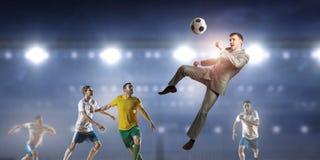 Бизнесмен и игроки воюя для шарика Стоковая Фотография RF