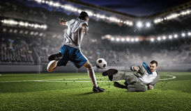 Бизнесмен и игрок воюя для шарика Мультимедиа Стоковое Изображение
