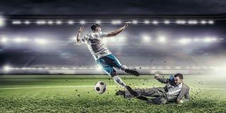 Бизнесмен и игрок воюя для шарика Стоковое Фото