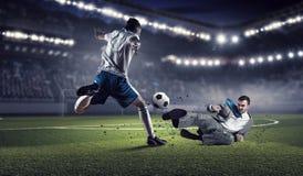 Бизнесмен и игрок воюя для шарика Стоковые Фотографии RF