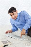 Бизнесмен идиота отжимая кнопки клавиатуры стоковое изображение