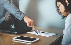 Бизнесмен или босс жалуются к коммерсантке или работнику на  стоковые изображения rf