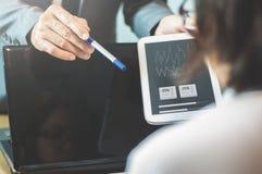 Бизнесмен или босс жалуются к коммерсантке или работнику на  стоковое изображение