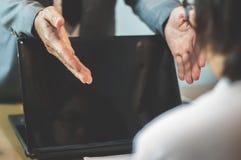 Бизнесмен или босс жалуются к коммерсантке или работнику на  стоковые фото