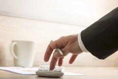 Бизнесмен или бухгалтер делая вычисление на калькуляторе Стоковое фото RF