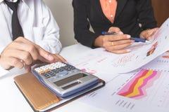 Бизнесмен или команда обсуждая диаграммы и диаграммы показывая результаты их успешной сыгранности Финансовые отчеты установлены  Стоковые Фото