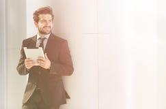 Бизнесмен или фрилансер идя вдоль улицы Стоковое Фото