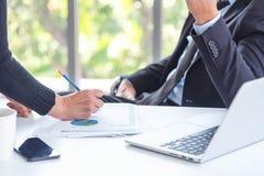Бизнесмен и коллега имея обсуждение для продажи или новый проект Менеджер обсудить новую идею для следующего квартала дела стоковые фотографии rf
