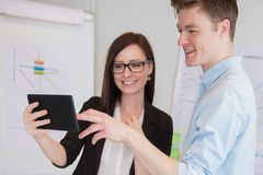 Бизнесмен и коллега используя таблетку цифров на столе Стоковое Фото