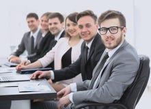 Бизнесмен и команда дела на рабочем месте Стоковые Изображения RF