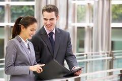 Бизнесмен и коммерсантка беседуя в улице Стоковая Фотография RF