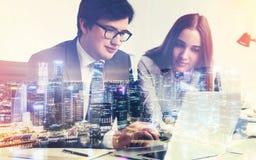 бизнесмен и коммерсантка в офисе Стоковые Изображения RF