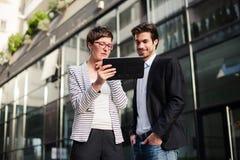 Бизнесмен и коммерсантка имея встречу снаружи Стоковые Фотографии RF