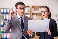 Бизнесмен и коммерсантка имея обсуждение в офисе Стоковая Фотография RF