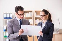 Бизнесмен и коммерсантка имея обсуждение в офисе Стоковое Фото