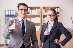 Бизнесмен и коммерсантка имея обсуждение в офисе Стоковое фото RF