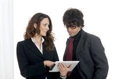 Бизнесмен и коммерсантка используя планшет Стоковое фото RF
