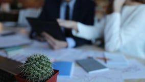 Бизнесмен и коммерсантка конца-вверх с таблеткой в офисе акции видеоматериалы
