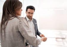Бизнесмен и коммерсантка обсуждая новое представление стоковые фото