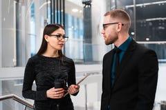 Бизнесмен и коммерсантка обсуждая что-то во время перерыва на чашку кофе стоковая фотография rf