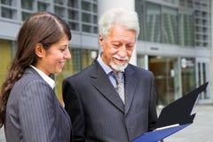 Бизнесмен и коммерсантка обсуждая проект Стоковое Фото