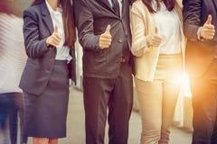 Бизнесмен и коммерсантка объединяются в команду дающ большой палец руки вверх как знак сыгранности дела успеха Стоковое Изображение RF