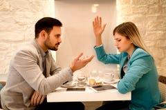Бизнесмен и коммерсантка споря в кафе Стоковая Фотография