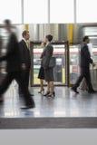 Бизнесмен и коммерсантка стоя в офисе Стоковое Изображение RF