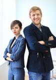 Бизнесмен и коммерсантка стоя спина к спине с пересеченный Стоковые Фотографии RF