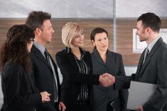 Бизнесмен и коммерсантка трястия руки Стоковая Фотография RF